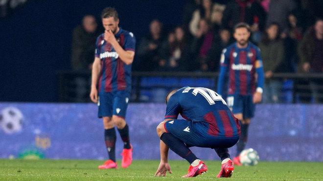 Los jugadores del Levante se lamentan tras el partido.