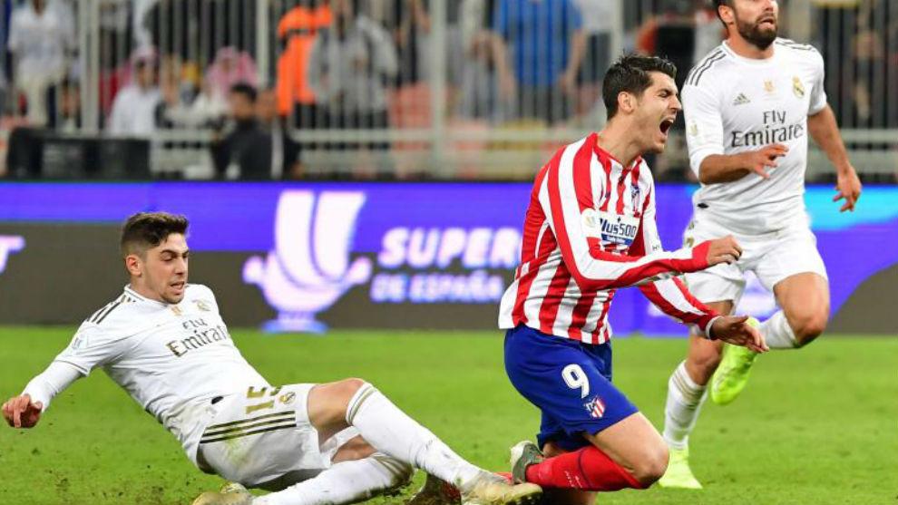 Entrada de Valverde a Morata en la final de la Supercopa.