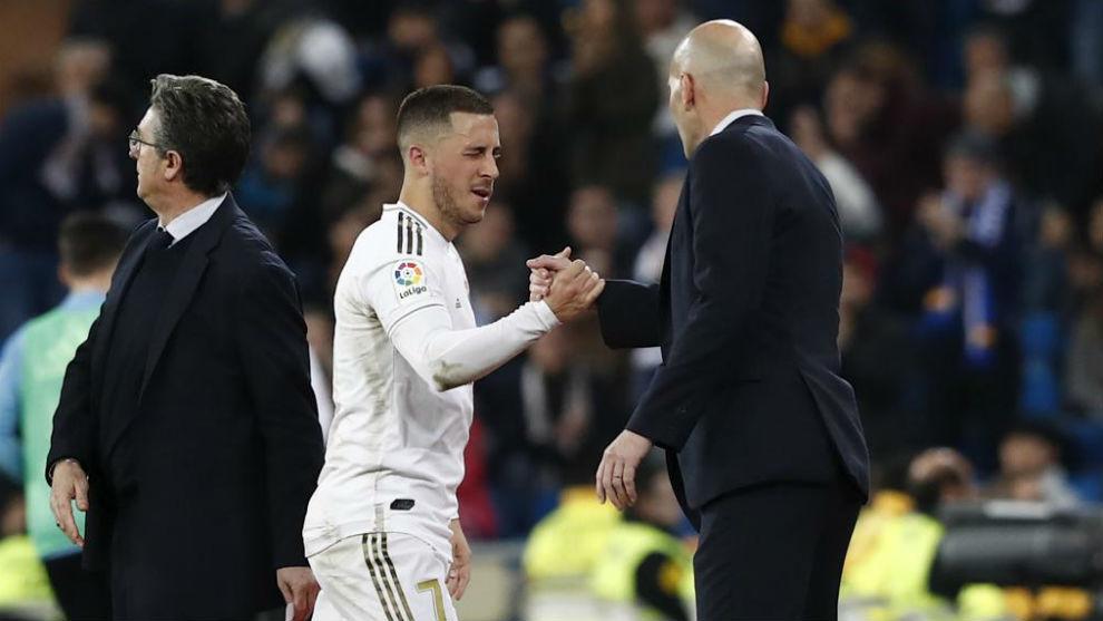 Hazard y Zidane se saludan tras la reaparición del belga frente al...